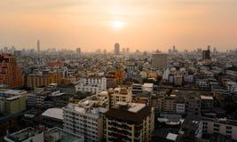 在城市和日落的大厦 库存照片