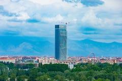 在城市和木头之间的意大利摩天大楼 免版税库存图片