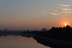 在城市和河的日出 库存照片