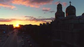 在城市和海湖的日落 瓦尔纳、保加利亚和假定大教堂鸟瞰图  股票录像