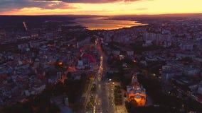 在城市和海湖的日落 瓦尔纳、保加利亚和假定大教堂鸟瞰图  影视素材