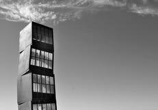 在城市和海滩的抽象立方体雕塑 库存照片