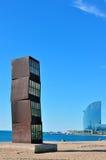 在城市和海滩的抽象立方体雕塑 免版税图库摄影