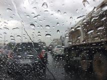 在城市和雨下落的被弄脏的明亮的看法交通堵塞 免版税库存照片