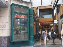 在城市咖啡馆和餐馆的地面外面CBD的悉尼, 库存图片