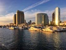 在城市地平线和小船小游艇船坞,圣地亚哥,加利福尼亚,美国的温暖的下午光 免版税库存图片