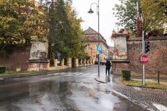在城市堡垒墙壁的段落在大道Corneliu Coposu在一个雨天 锡比乌市在罗马尼亚 免版税库存图片