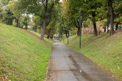 在城市堡垒墙壁附近的散步在一个雨天 锡比乌市在罗马尼亚 免版税库存照片
