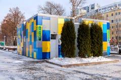在城市堤防的充满活力的五颜六色的公共厕所在冬天 免版税库存图片