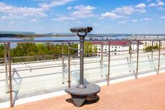 在城市堤防的固定式旅游望远镜 免版税库存照片