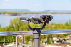 在城市堤防的固定式旅游望远镜 库存图片