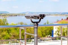 在城市堤防的固定式旅游望远镜 免版税图库摄影
