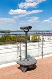 在城市堤防的固定式旅游望远镜 图库摄影