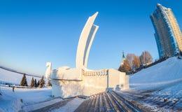 在城市堤防的纪念碑小船在翼果,俄罗斯 免版税库存图片
