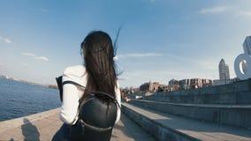 在城市堤防跑的妇女,慢动作 股票视频