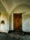 在城市塔的老木门 免版税库存照片