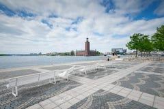 在城市塔Stadshuset的看法与雕象外推Tau 库存照片