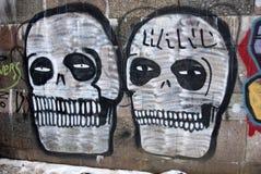 在城市墙壁上的两张街道画头骨 免版税库存图片