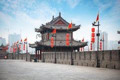 在城市墙壁上的古老塔在西安 免版税库存照片