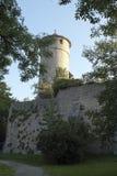 在城市墙壁上的圆的手表塔 免版税库存图片