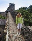 在城市墙壁, Conwy上的一名妇女 免版税库存照片