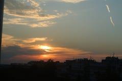 在城市大厦上的日落 图库摄影