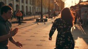 在城市大路和日落太阳的年轻夫妇跳舞在背景中 股票录像
