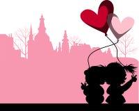 在城市夫妇亲吻之上 图库摄影