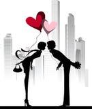 在城市夫妇亲吻之上 库存照片