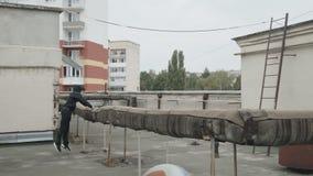 在城市屋顶上的自由流的训练 股票视频