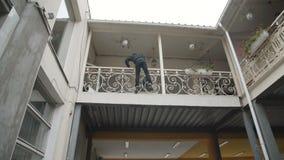 在城市屋顶上的自由流的训练 股票录像
