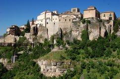 在城市峭壁cuenca西班牙视图上面 库存图片