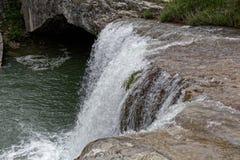 在城市帕津附近的瀑布 免版税库存照片