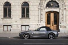 在城市房子附近的汽车 免版税图库摄影