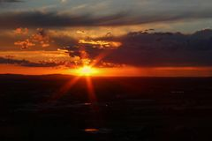 在城市捷克布杰约维采的Panoramatic视图与太阳的日落的 免版税库存照片