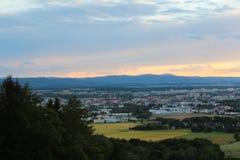 在城市捷克布杰约维采的Panoramatic视图与树的日落的 库存照片