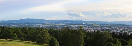 在城市捷克布杰约维采的Panoramatic视图从小山 库存照片