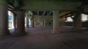 在城市斋戒驾驶通过水泥停车处结构的被弄脏的行动 股票录像