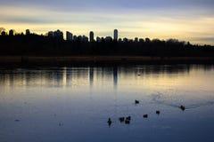 在城市旁边的美好的湖视图黄昏时间的 库存照片