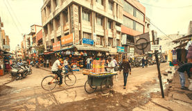 在城市有周期的和冲的人的混乱在街道上充分商店 免版税图库摄影