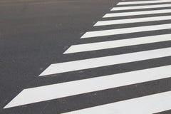 ?? 在城市柏油路背景的线 行人交叉路 r 免版税库存照片
