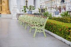 在城市柱子寺庙轰隆曼谷的椅子 库存照片