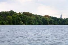 在城市池塘的夏天微明 免版税库存照片