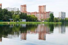 在城市池塘的岸的度假区 库存照片