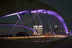 在城市沃思堡夜场面的西部第7座桥梁 库存照片