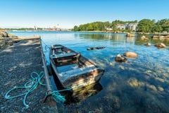 在城市海湾夏天风景的老被停泊的小船 免版税库存图片
