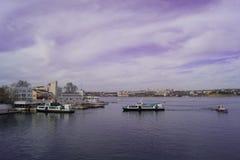 在城市海湾的步行小船 免版税库存图片