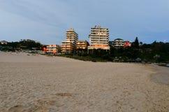 在城市海滩的夜由高公寓侧了 库存图片