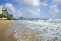 在城市海滩,芽庄市,越南的一朵海浪 免版税库存照片