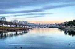 在城市港口的日落 图库摄影